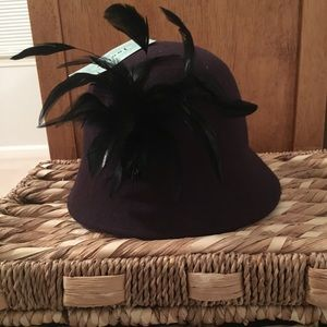 Accessories - Gorgeous purple classic hat with black feathers